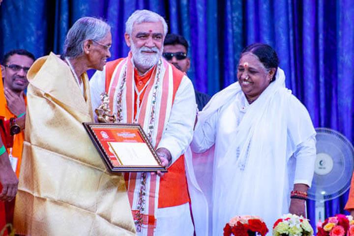 K. B. Sreedevi recevant le prix AmritaKeerti