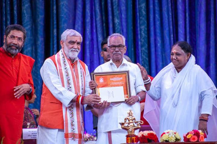 V. Gopinathan Pillai recevant le prix AmritaKeerti