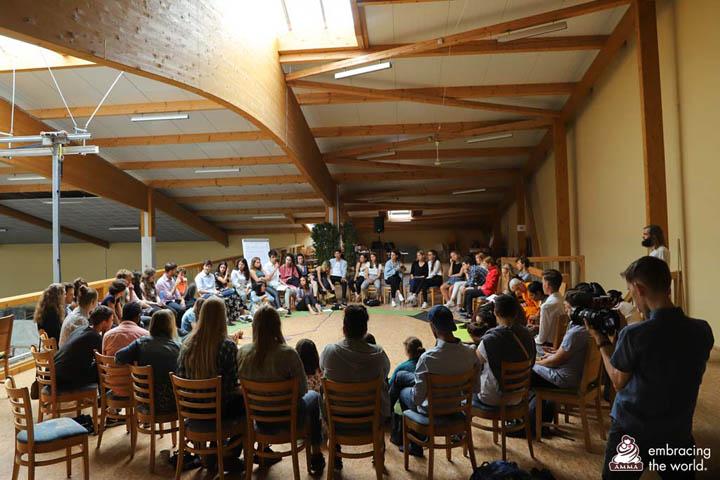 Les participants au sommet pour la jeunesse se sont répartis en quatre sous-groupes pour explorer quatre thèmes centraux autour de la diversité culturelle.
