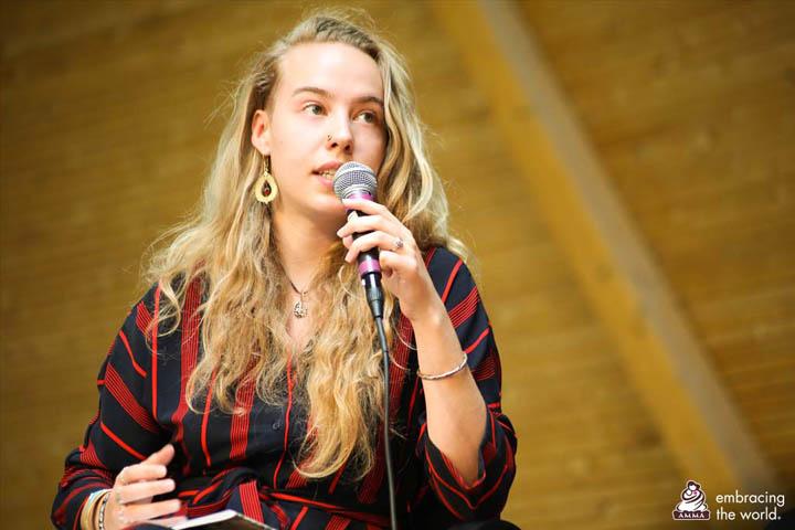 Gwendoline, rapporteuse d'un des quatre groupes, a expliqué comment son groupe en est venu à la conclusion que la diversité est l'état naturel des êtres humains.